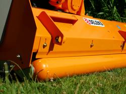 trincia erba e sarmenti a mazze serie media da 140cm di taglio per trattore da frutteto mod puma 140