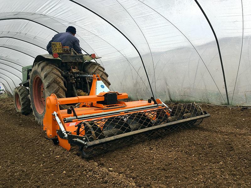 fresa-agricola-interrasassi-135-cm-lavoro-utile-con-rullo-per-l-orto-e-letto-di-semina-mod-dfu-140